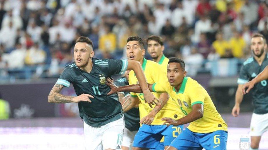 Ocampos sufre una molestia muscular y no estará ante Uruguay.