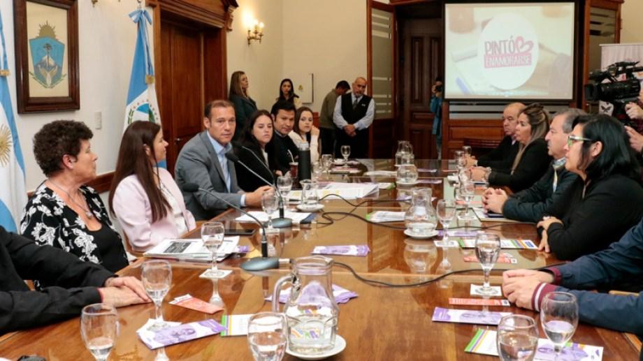 El mandatario encabezó la conferencia de prensa en la que se anunciaron las actividades por el día internacional de la violencia contra las mujeres. Foto gentileza.