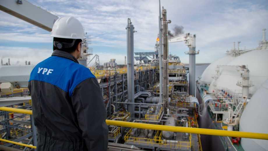La exportación acaba de partir y el siguiente buque metanero ya aguarda para ingresar al puerto.
