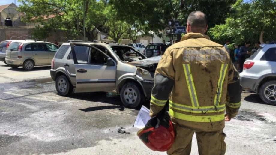 Se incendió una camioneta en el centro de Cipolletti. (Foto gentileza)