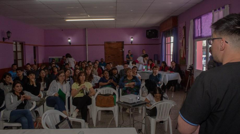 La charla sobre hernias estuvo a cargo de Cleyton Yamamoto (residente de cirugía) y el cirujano Ariel Yoiris. (Foto Giane Reyes)