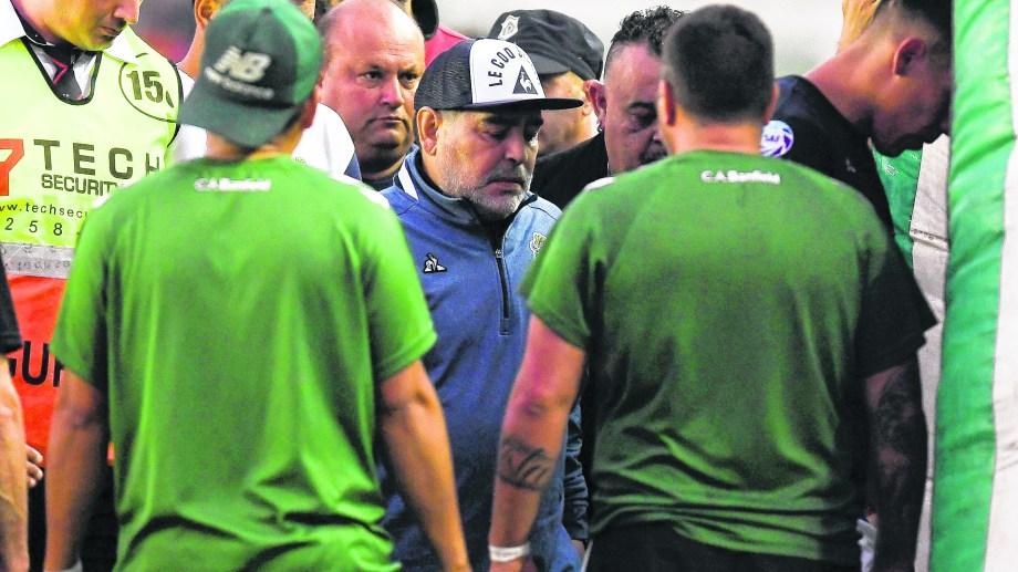 Diego se fue enojado en el primer tiempo con el árbitro Espinoza. (Foto Télam)