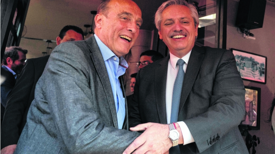 Alberto Fernández, el jueves, con el candidato a presidente del Uruguay Daniel Martínez. Una fuerte apuesta del presidente electo a la continuidad del Frente Amplio.