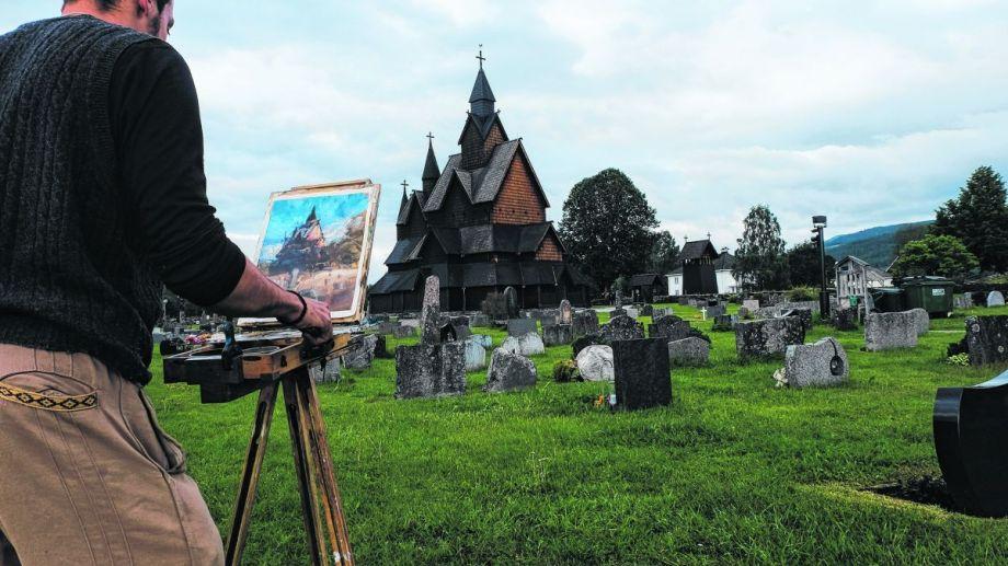 Alrededor del año 1200, los vikingos hicieron este templo, la iglesia de Heddal, que aquí pinta Guido. Fotos de Guido Ferrari
