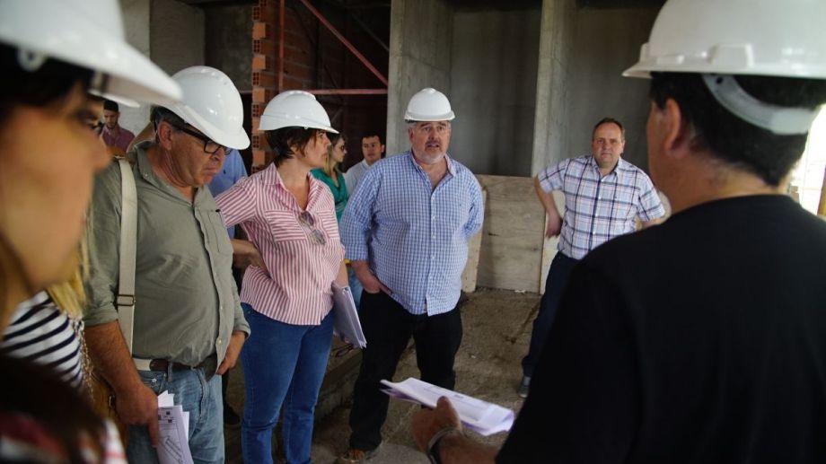 La comisión de transición recorrió ayer las obras en el nuevo edificio de la municipalidad en el oeste.