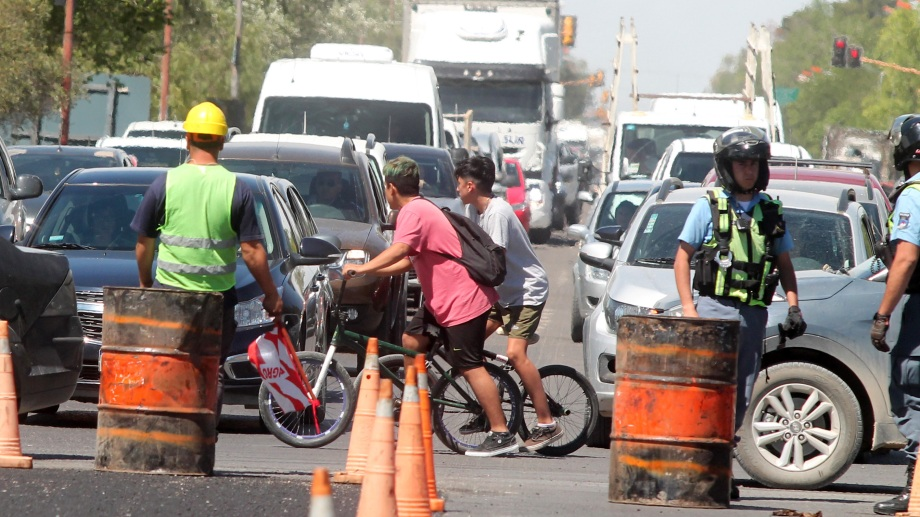 La Ruta 22 está siendo reparada en Neuquén, entre Plottier y Cipolletti.  (Archivo Oscar Livera).-