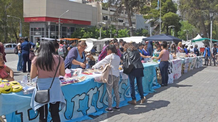 La organización Barrios de Pie organizó una feria para recaudar dinero y alimentos para los comedores. (Foto: Juan Thomes)