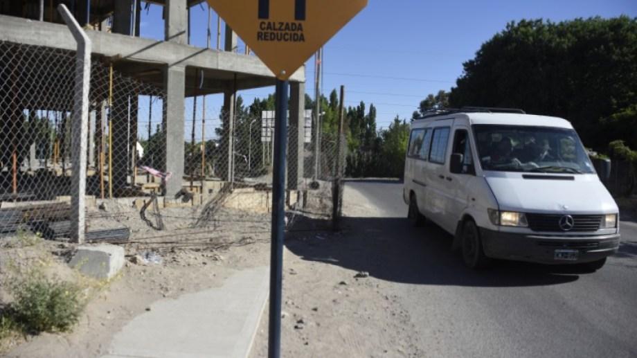 El edificio está ubicado en el barrio Terrazas de Neuquén, sobre la calle Yupanqui. (Fotos: Juan Thomes)