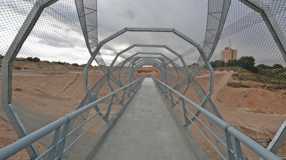 La estructura del puente peatonal sobre la avenida Raúl Alfonsín fue colocada este fin de semana. (Foto: Juan Thomes)