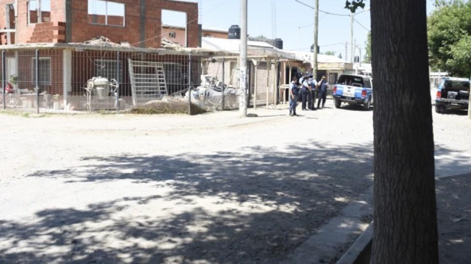 El efectivo recibió un tiro este mediodía sobre la calle Choele Choel. (Foto: Juan Thomes.-)