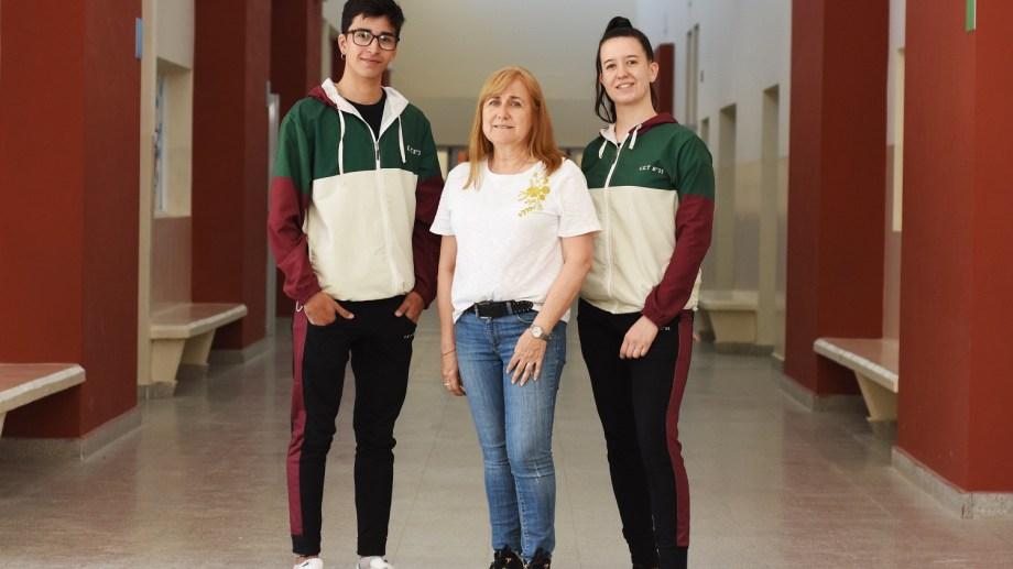 Julián Rubio, Miriam Satollo y Rocío Peñeiro (de izquierda a derecha), en el podio de las Olimpíadas Nacionales de Construcción. (Foto: Gonzalo Maldonado)