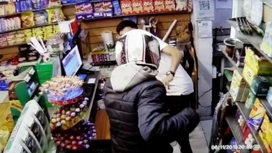 Un robo a punta de cuchillo y luego un intento que fue frustrado porque entraron clientes, en el centro de Cipolletti. Foto: Gentileza Miguel Parra