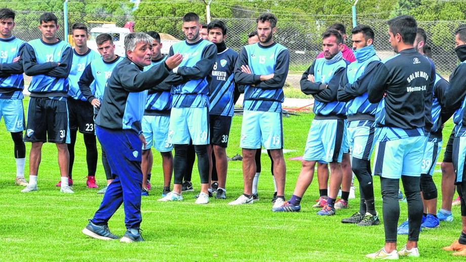 Valdebenito intenta desdramatizar el mal momento del equipo y apuesta a fortalecer lo anímico para volver a sumar en el torneo.  foto  : Marcelo Ochoa