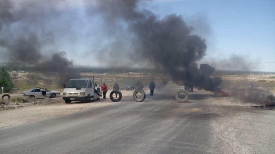 Los vecinos de Valentina Norte Rural cortaron el tránsito para reclamar obras para el barrio. (gentileza).-