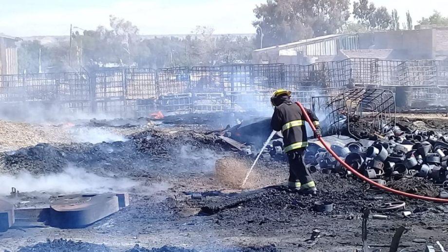 - Bomberos Voluntarios trabajaban en el lugar del incendio. -  (Foto: Alejandro Carnevale)