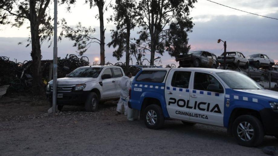 Peritos de Criminalística efectuaron pericias en el lugar en el barrio Parque Industrial. (Foto: Juan Thomes.-)