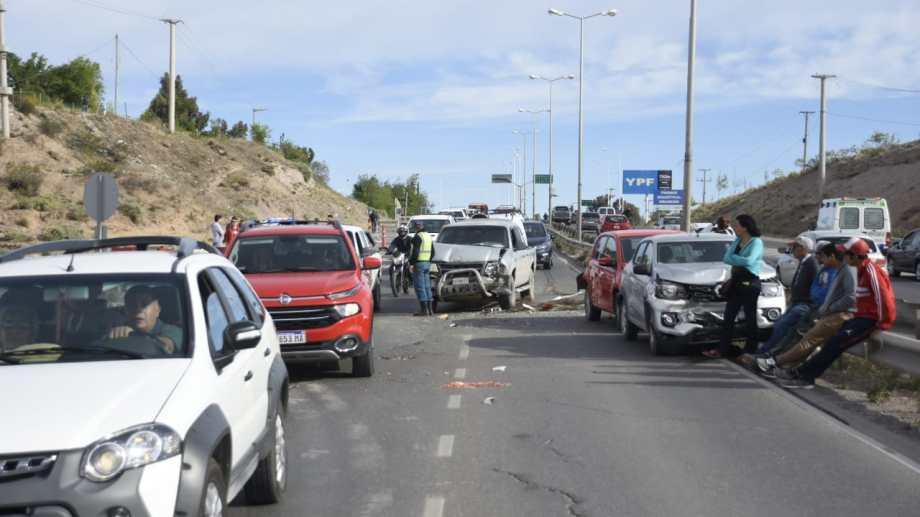 El choque en cadena se produjo sobre la Ruta 7, en el carril que va desde Centenario a Neuquén. (Juan Thomes).-