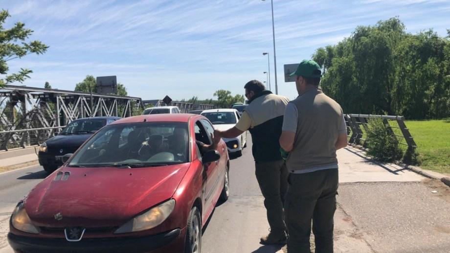 Los controladores de alimentos se dispusieron en los puentes para entregar volantes a los conductores. (Gentileza).-