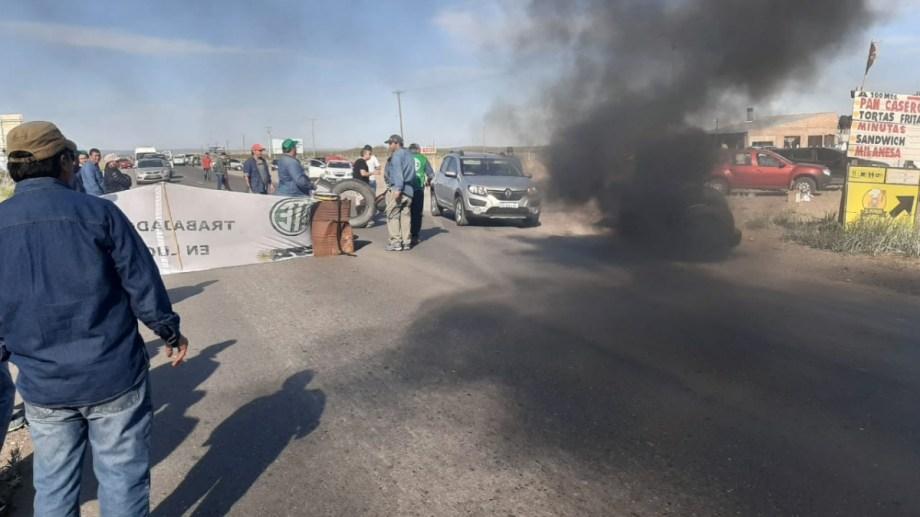 Al igual que ayer, los trabajadores cortaron la Ruta 22 en Arroyito. (Gentileza).-