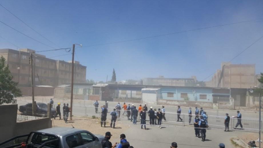 El bloque C-9 fue demolido este mediodía mediante una implosión. (Andrea Vázquez).-