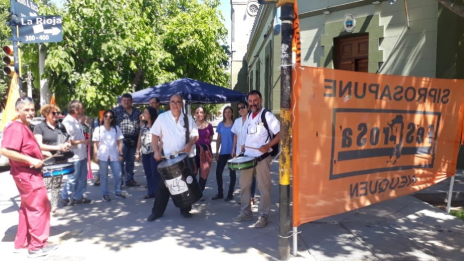 Los profesionales de Siprosapune organizaron una manifestación frente a la Casa de Gobierno. (Gentileza).-