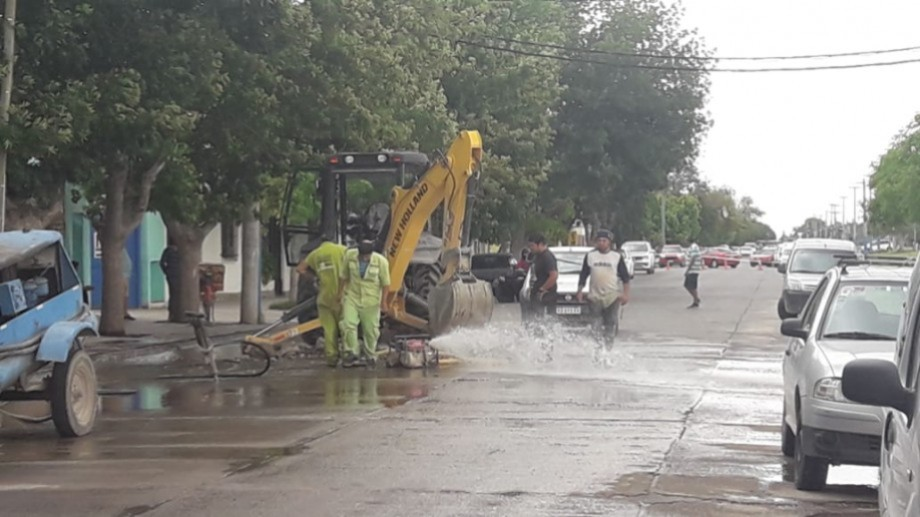 Los operarios de Arsa tuvieron que cortar el agua para reparar la pérdida a pocos metros de calle Mendoza. Foto: César Izza.