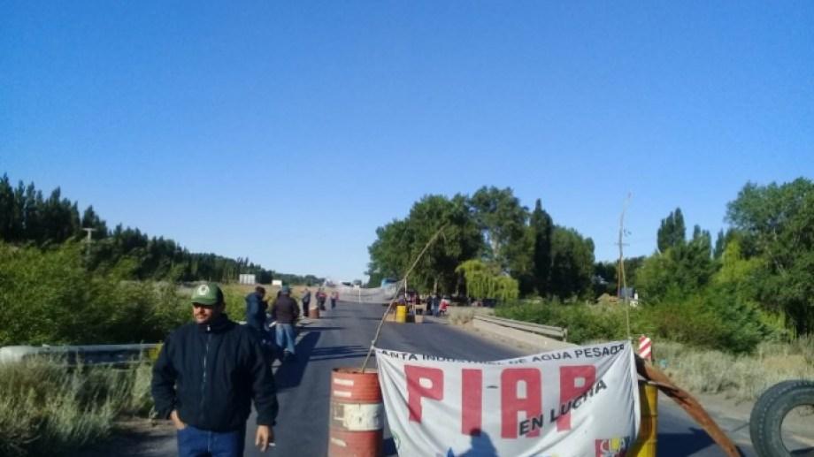 Esta semana, los trabajadores de la PIAP cortaron la Ruta 22 en el puente El Carancho, cerca de Senillosa. (Gentileza).-