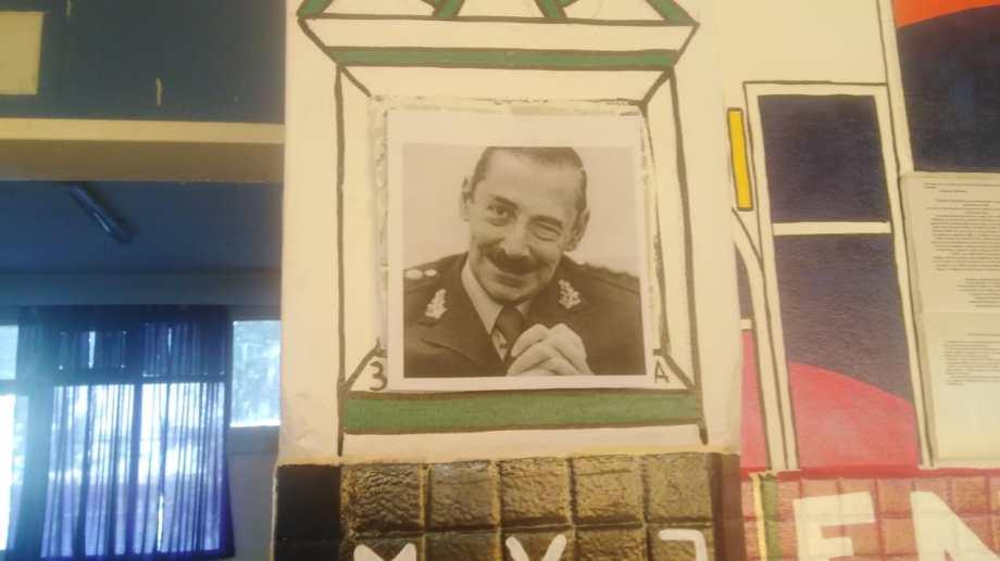 El pañuelo de las Madres de Plaza de Mayo fue tapado con una foto del dictador Jorge Rafael Videla. (Gentileza).-