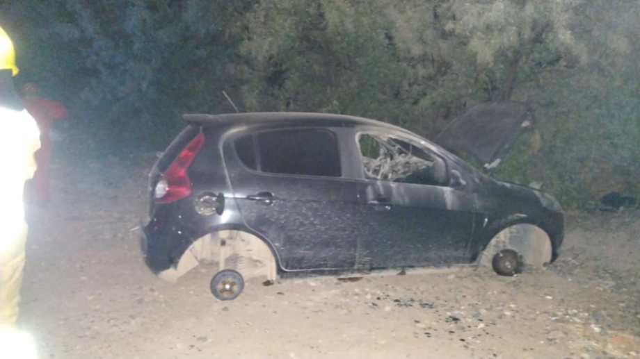 Cipolletti: Le robaron el auto a una jubilada y lo prendieron fuego. (Foto gentileza: Miguel Ángel Parra)