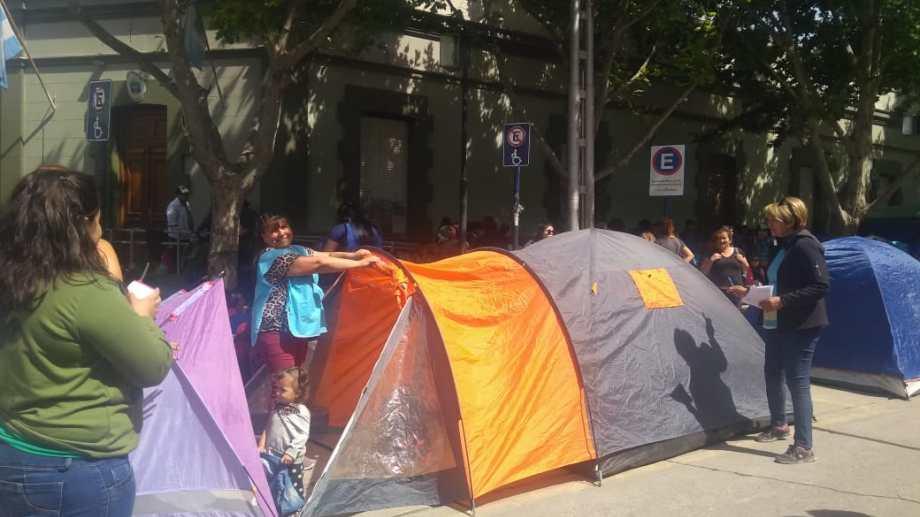 Barrios de Pie acampó esta mañana frente a la Casa de Gobierno y advirtió que la protesta será por tiempo indeterminado. (Gentileza).-