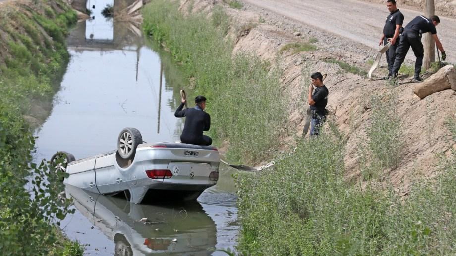 El auto cayó al canal Bejarano. Foto: Gentileza