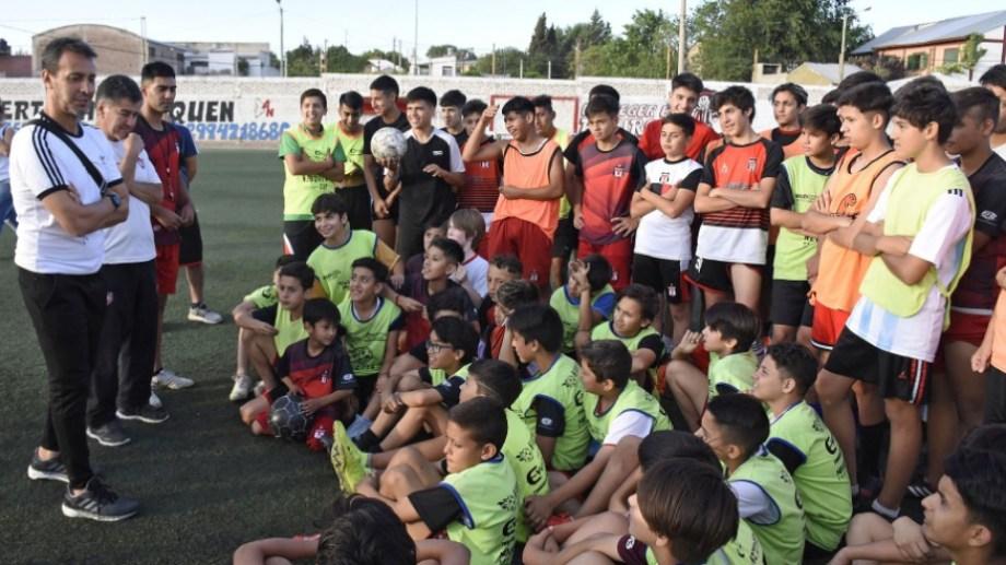 El DT del seleccionado charló con los chicos del Funebrero. (Foto: Florencia Salto)