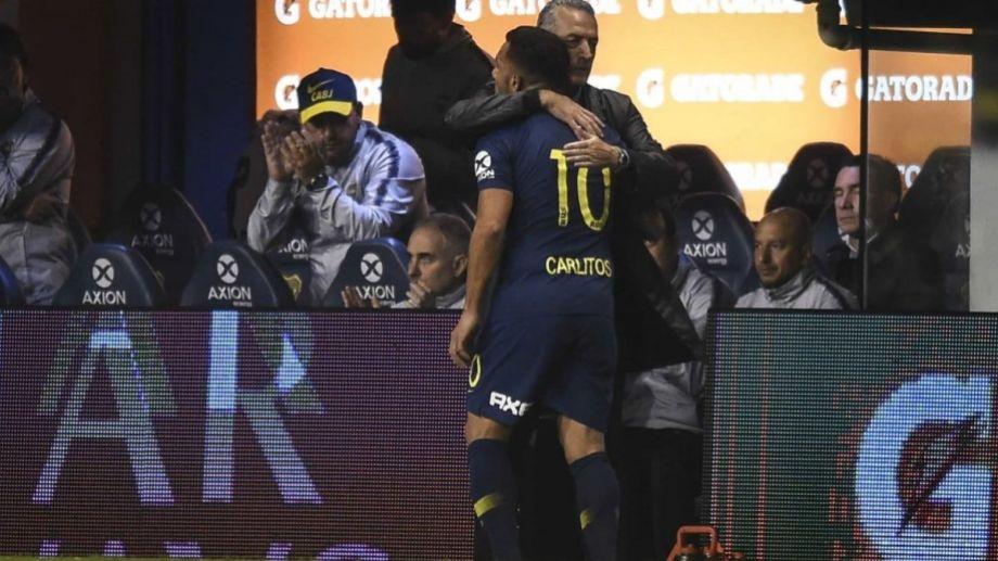 Alfaro y el abrazo con Tevez, cuando el Apache fue reemplazado.