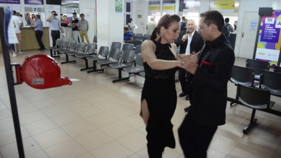 En el hall municipal, una pareja bailó el tango. Foto gentileza prensa municipalidad de Neuquén