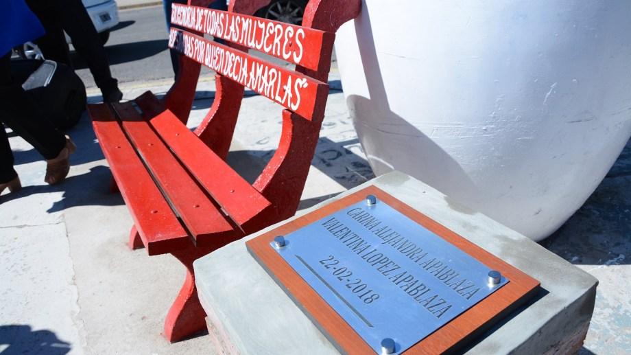 El banco rojo y la placa que recuerda a Carina y Valentina en Cutral  Co