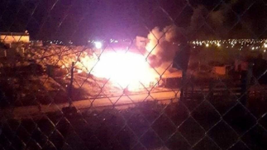El incendio se produjo anoche sobre la calle Emilio Manquiao. (Foto: Gentileza.-)