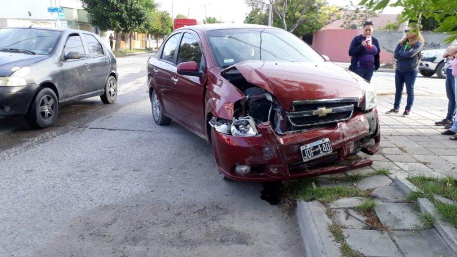El Chevrolet sufrió daños en su lateral derecho. Ahora, estaban esperando la grúa. (foto: Carlos Castillo)
