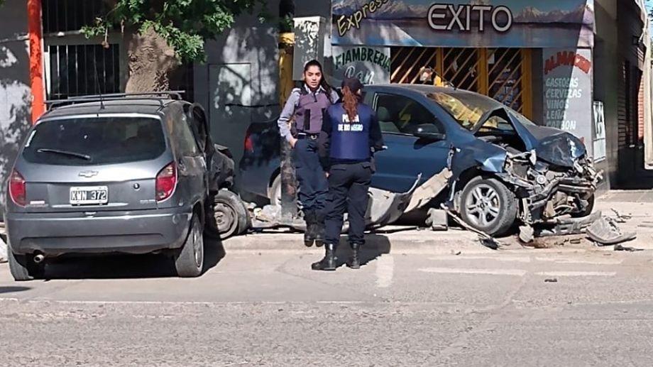 Un hombre sufrió heridas de gravedad, tras salir despedido del auto que manejaba en un fuerte choque, en Cipolletti. Foto: Gentileza Miguel Parra