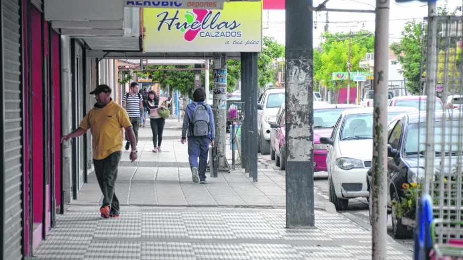Los locales de la calle Honduras en Centenario ahora tendrán una vidriera en la web. Foto: Yamil Regules.