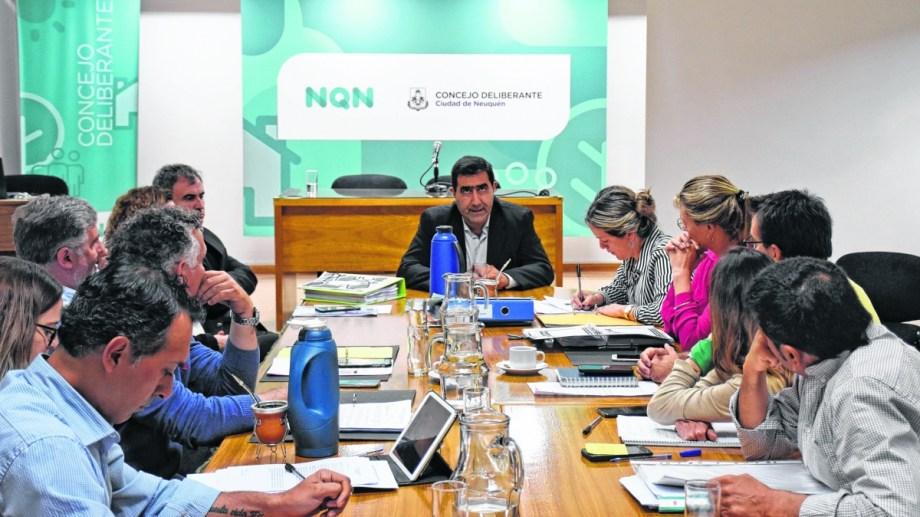 El secretario de Hacienda del municipio, José Luis Artaza, dio explicaciones ante los ediles que integran la comisión de Hacienda.