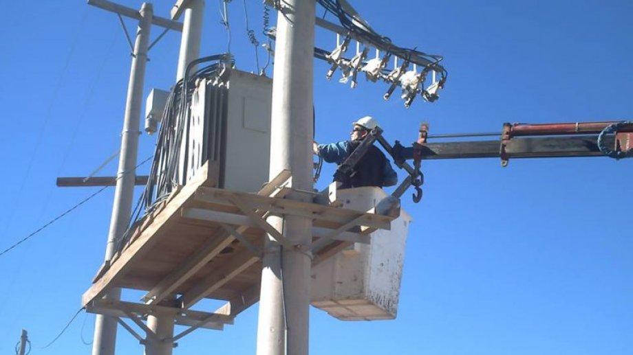 Personal de Edersa trabaja para detectar la falla que dejó varios barrios sin energía eléctrica. (Foto: archivo)