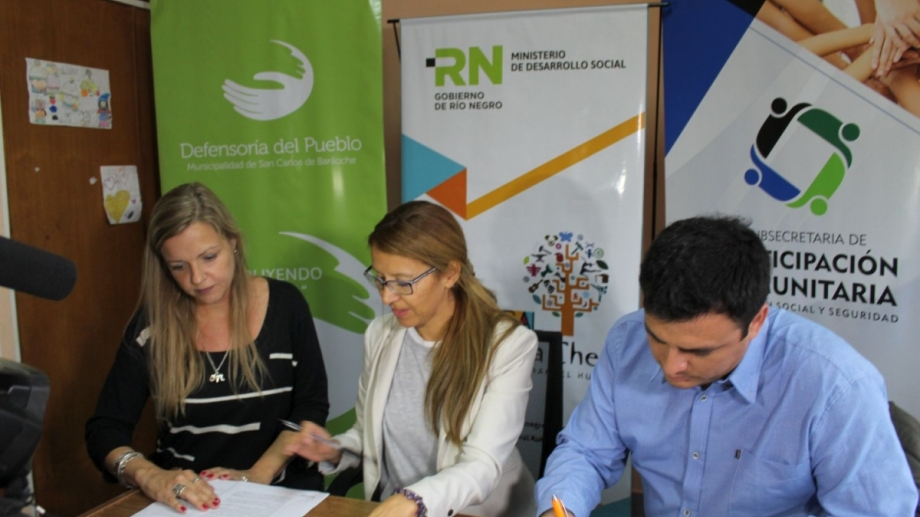 La defensora del pueblo de Bariloche Beatriz Oñate (centro) firmó un convenio con la Subsecretaría de Participación Comunitaria de la Provincia. Gentileza