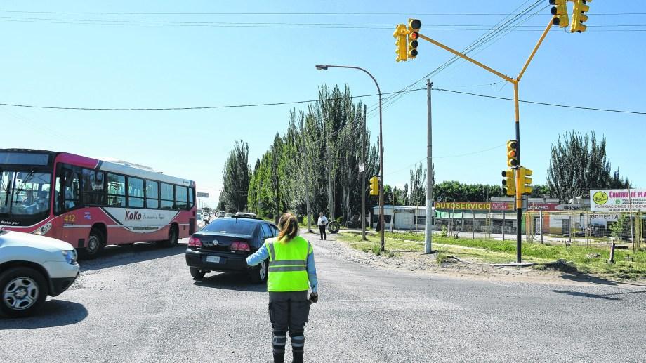 En la intersección la ruta Chica y Salto se instaló ayer el último de los equipos de semoforización. Todavía no está activo.