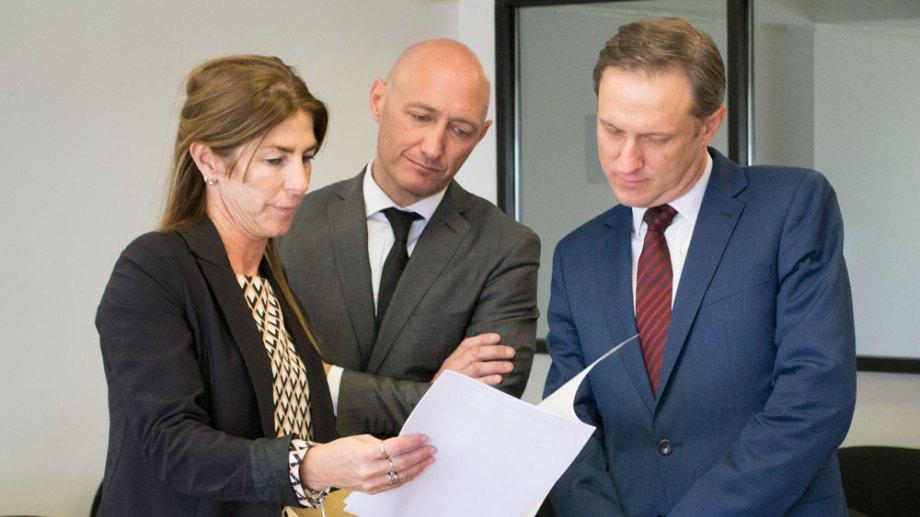 La secretaria del Consejo, Romina Irigoin, ayer con los jurados Gustavo Arocena y Agustín García, al momento de dar las notas. (Foto gentileza)