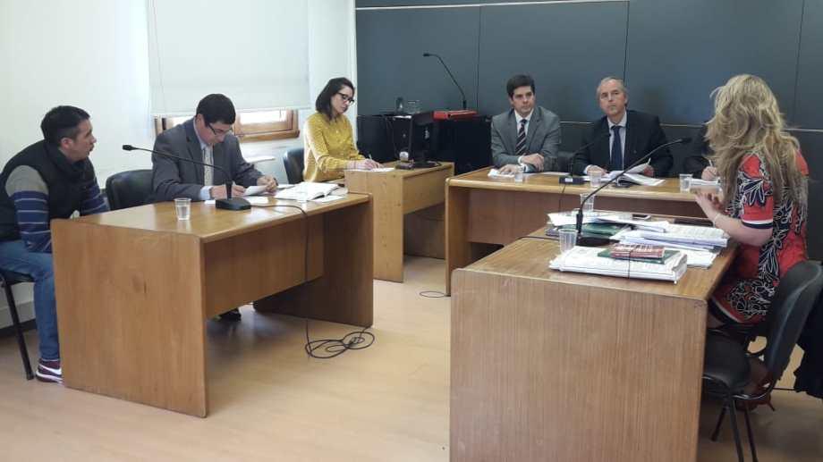 El imputado (a la izquierda) admitió su responsabilidad y consintió la condena, con el aval de su defensor. (Gentileza)