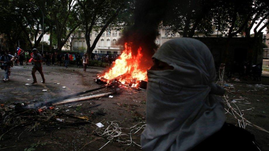 Durante las protestas atacaron la embajada argentina en Santiago de Chile. Foto: AP