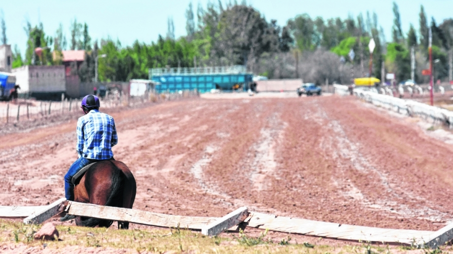 """""""Milito"""" se desplomó tras cruzar triunfador la línea de llegada en el hipódromo de Neuquén."""