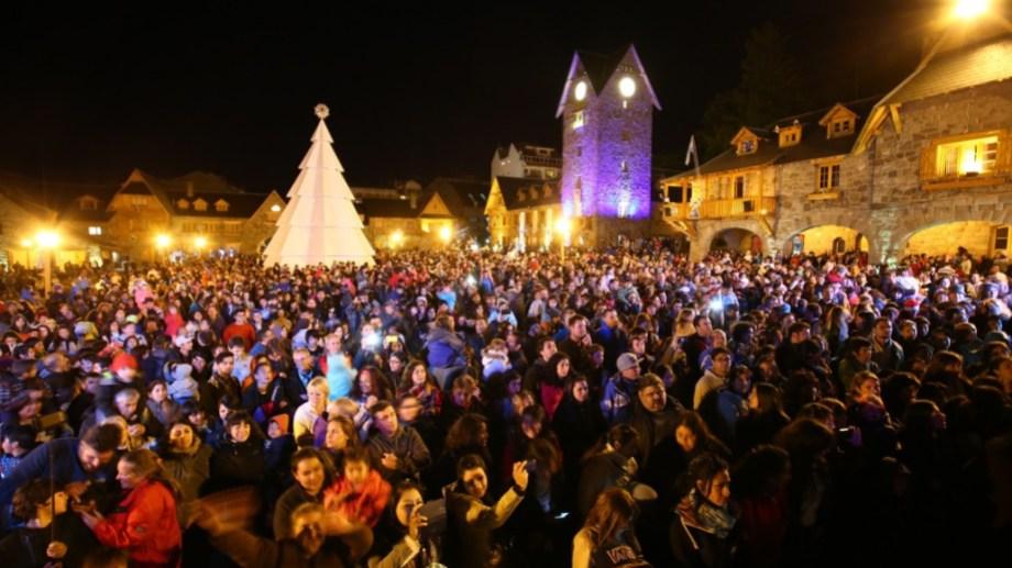 La noche del encendido del árbol de Navidad en Bariloche se vive como una fiesta desde hace 6 años. Archivo