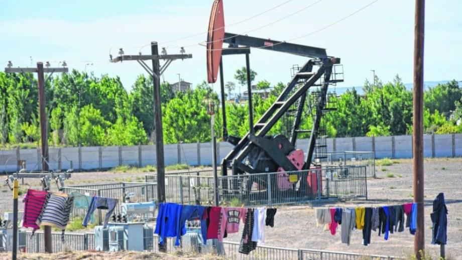 """Los """"fierros petroleros"""" son parte del paisaje.  Foto: Florencia Salto."""