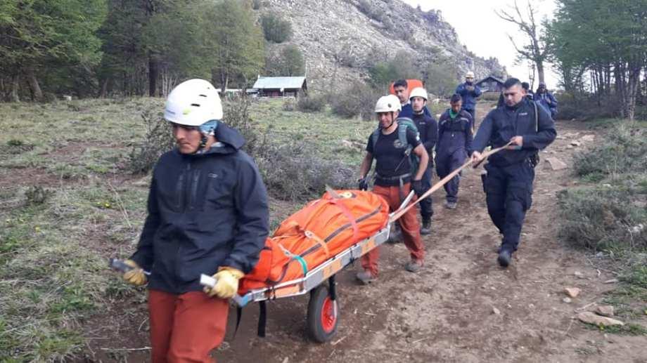 Rescatistas de varios organismos evacuaron a dos turistas heridas dque desbarrancaron en la cima del Piltriquitrón. Foto Gentileza Bomberos